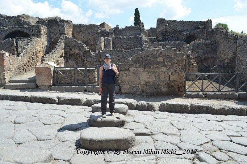 Pompei - sistem de aparare / Carele trase de cai ramaneau blocate intre pietrele din mijlocul alee