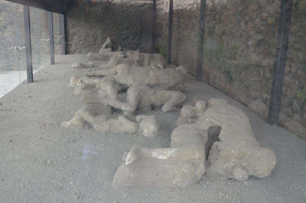 Pompei -Cateva corpuri umane pietrificate dupa eruptia vulcanului Vezuviu